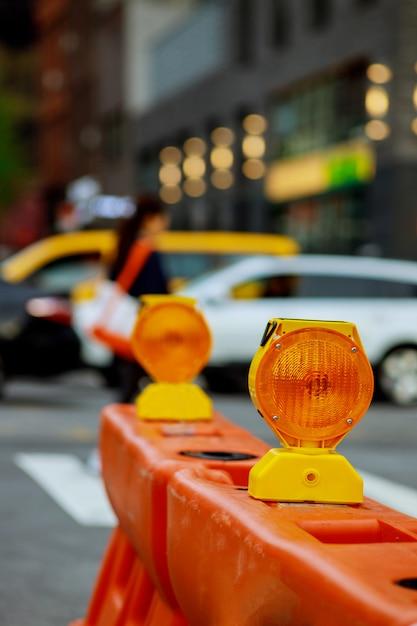 Barrage routier ou serrure de chantier avec signal sur une route. barricade de rue rouge et blanche. Photo Premium