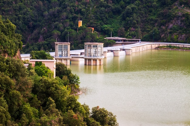 Barrage à Ter River. Réservoir Sau Photo gratuit