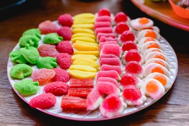 Barre de bonbons vintage avec des beignets et beaucoup de sucre Photo Premium