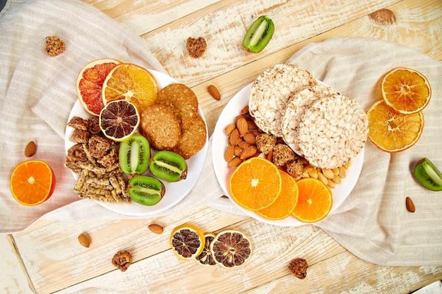 Barre de céréales, céréales, amandes, kiwis, orange séchée Photo Premium
