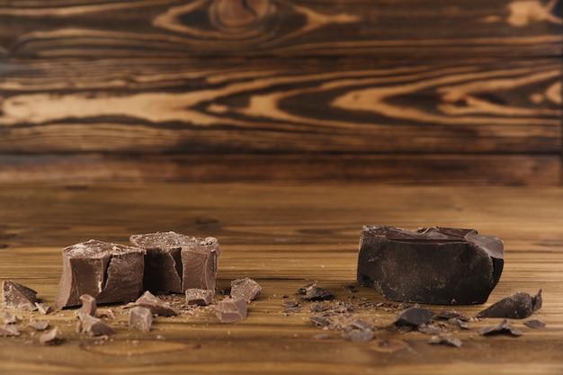 Barre de chocolat cassée Photo gratuit