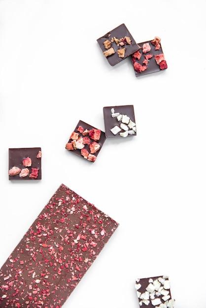 Barre de chocolat à la fraise fond blanc vertical Photo Premium