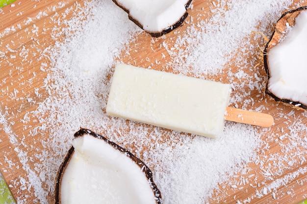 Barre de crème glacée à la noix de coco et au lait, ice pop, popsicle dessert Photo Premium