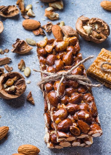 Barre de fruits secs protéines liée avec de la ficelle avec des ingrédients Photo gratuit