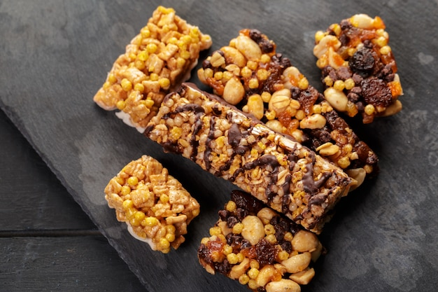 Barre granola sur bois Photo Premium