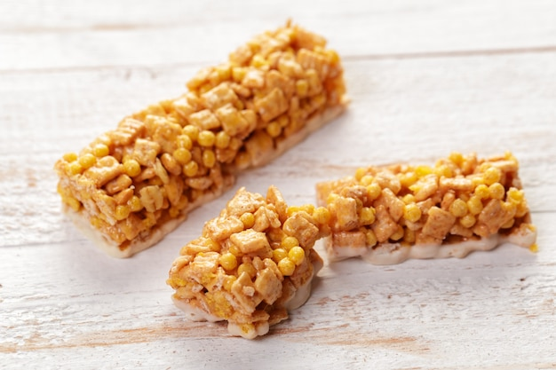 Barre granola sur fond en bois Photo Premium