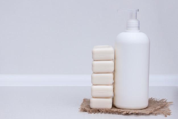Barre liquide et de savon sur le fond blanc. espace de copie Photo Premium