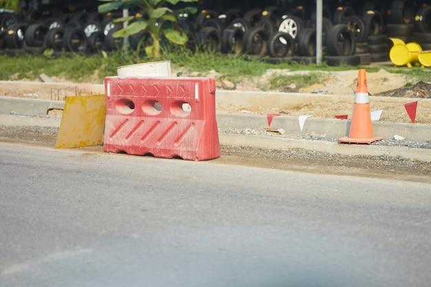 Barrière routière en forme de cône et de carré pour bloquer les voitures dans la zone de construction Photo Premium