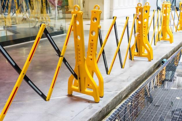 Barrière de sécurité se pliante en plastique portative jaune, barrière de la circulation, clôture jaune Photo Premium