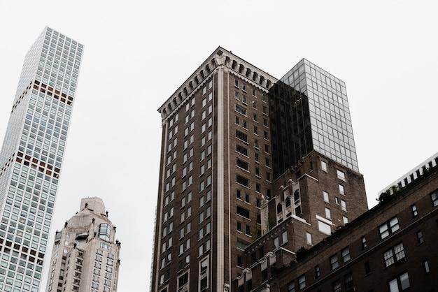 Bas angle ancien combiné avec une nouvelle architecture Photo gratuit