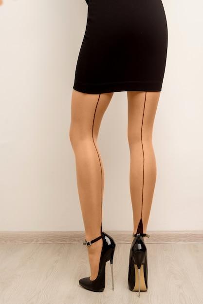 Bas Sur De Belles Jambes Féminines Avec Des Talons Hauts. Photo Premium