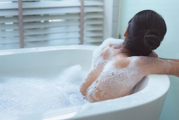 Bas de femme elle prend un bain heureusement Photo Premium
