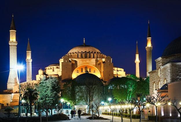 La Basilique Sainte-sophie De Nuit à Istanbul, Turquie Photo Premium