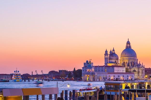 Basilique santa maria della salute à venise, en italie, pendant la belle journée d'été coucher de soleil. Photo Premium