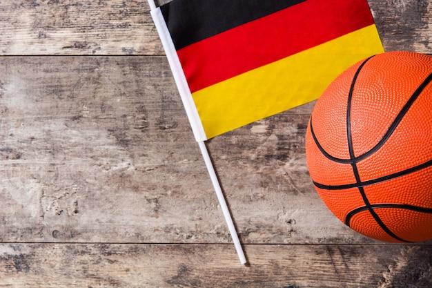 Basket-ball Et Drapeau Allemand Sur Table En Bois Avec Espace Copie Photo Premium