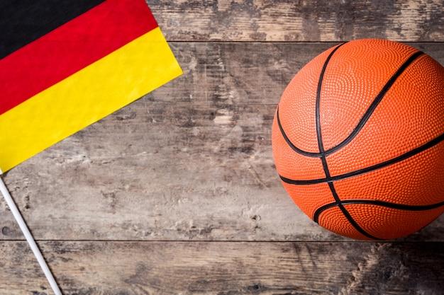 Basket-ball Et Drapeau Allemand Sur Table En Bois Photo Premium