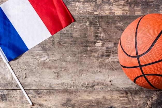 Basket-ball Et Drapeau Français Sur Table En Bois Photo Premium