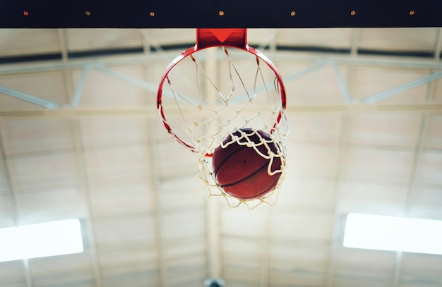 Basketball en cerceau Photo gratuit
