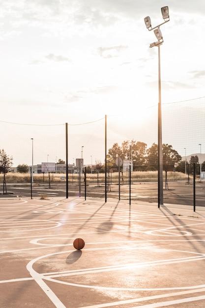 Basketball en cour pendant une journée ensoleillée Photo gratuit