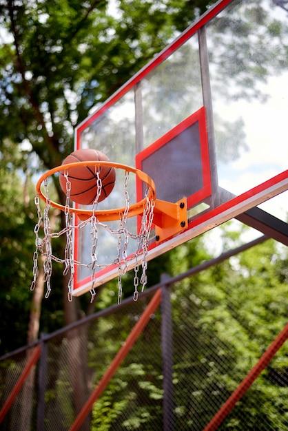 Basketball entrant dans le cerceau Photo Premium