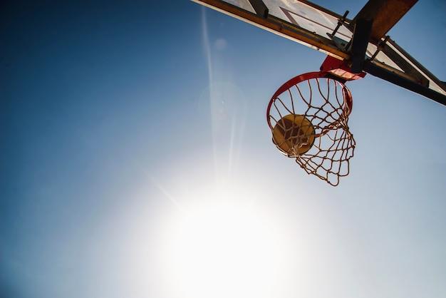 Basketball et tableau de bord Photo gratuit