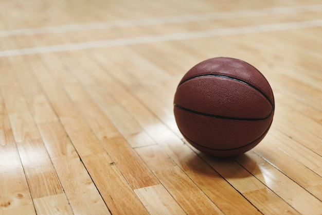 Basketball Sur Terrain En Bois Photo gratuit