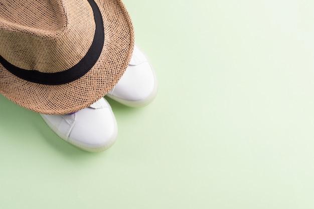 Baskets blanches à lacets violets et chapeau de paille Photo Premium