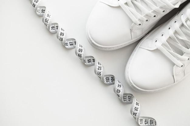 Baskets élégantes de mode blanche sur blanc. Photo Premium