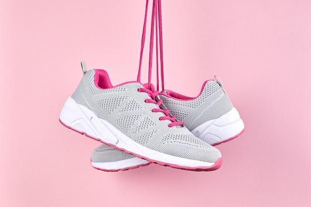 Baskets De Sport Féminines Pour Courir Et Fitness Sur Fond Rose. Chaussures De Sport élégantes à La Mode, Gros Plan Photo Premium