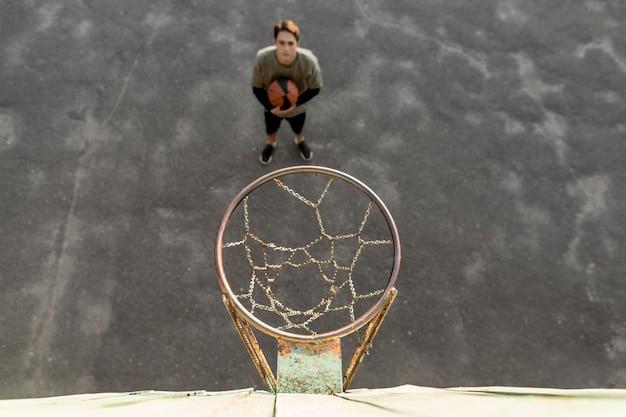 Basketteur urbain de haute vue Photo gratuit