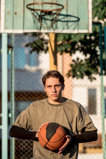 Basketteur urbain vue de face Photo gratuit