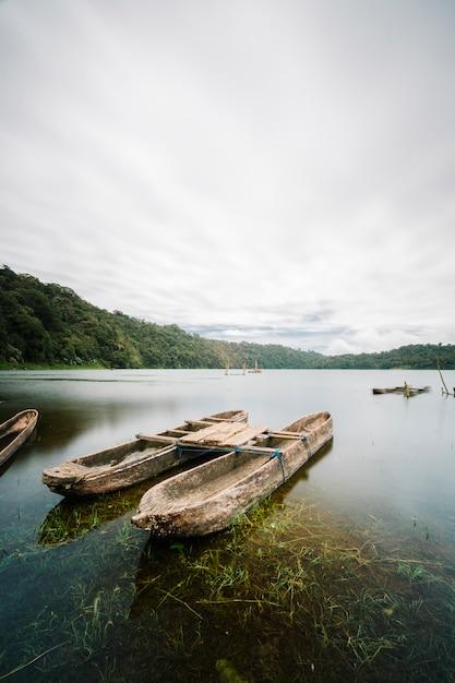 Bateau antique dans le lac Photo gratuit