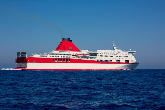 Bateau curise de la mer méditerranée en rouge Photo Premium