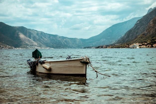 Bateau dans la baie par temps nuageux. Photo Premium