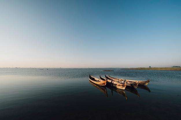 Bateau dans la scène du lac Photo gratuit