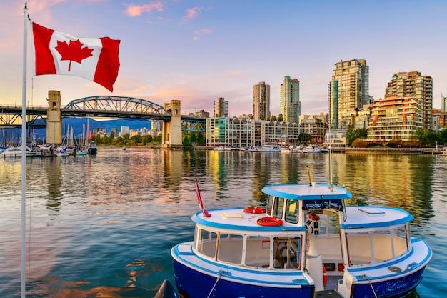 Bateau ferry amarré à vancouver, canada Photo Premium