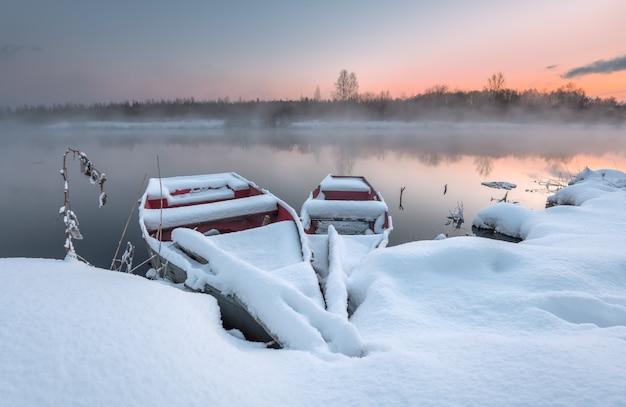 Le bateau en hiver sur le lac glacial Photo Premium