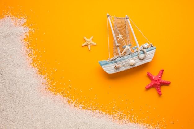 Bateau laïque plat avec concept de plage Photo gratuit