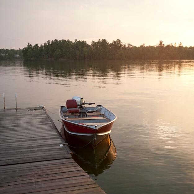 Bateau à moteur au quai du lac des bois, en ontario Photo Premium