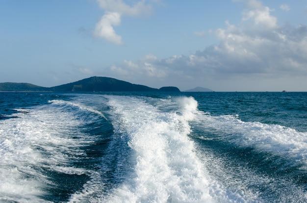 Bateau à moteur ocean waves Photo Premium