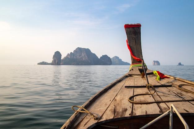 Bateau nez vue de face bateau longue queue à l'île de krabi, thaïlande. Photo Premium