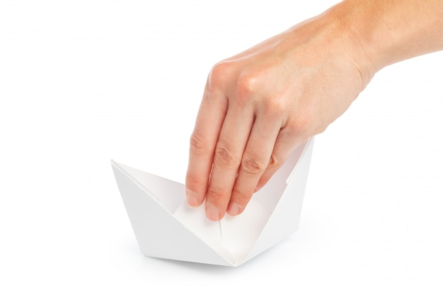 Bateau en papier dans une main féminine Photo Premium
