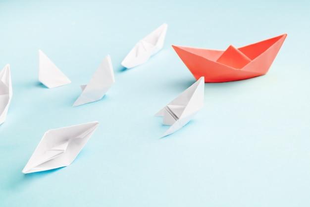 Bateau en papier rouge et beaucoup de navires en perdition Photo Premium