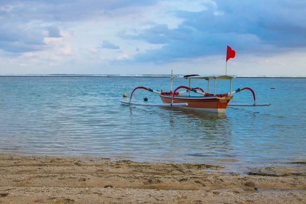 Bateau De Pêche En Bois Avec Vue Sur La Plage Photo Premium