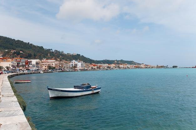 Bateau de pêche dans la ville de zante Photo Premium