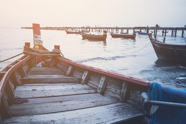 Bateau de pêche local et coucher de soleil sur la mer Photo Premium