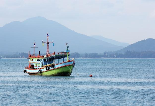 Bateau de pêche en mer thaïlande Photo gratuit