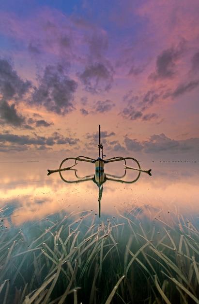 Bateau Traditionnel D'indonésie Photo Premium