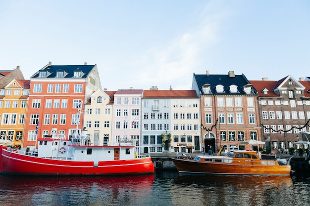 Bateaux colorés et vieux bâtiments de la ville Photo gratuit