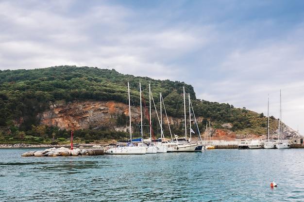 Bateaux dans le golfe de la spezia. porto venere. ligurie, italie. Photo Premium